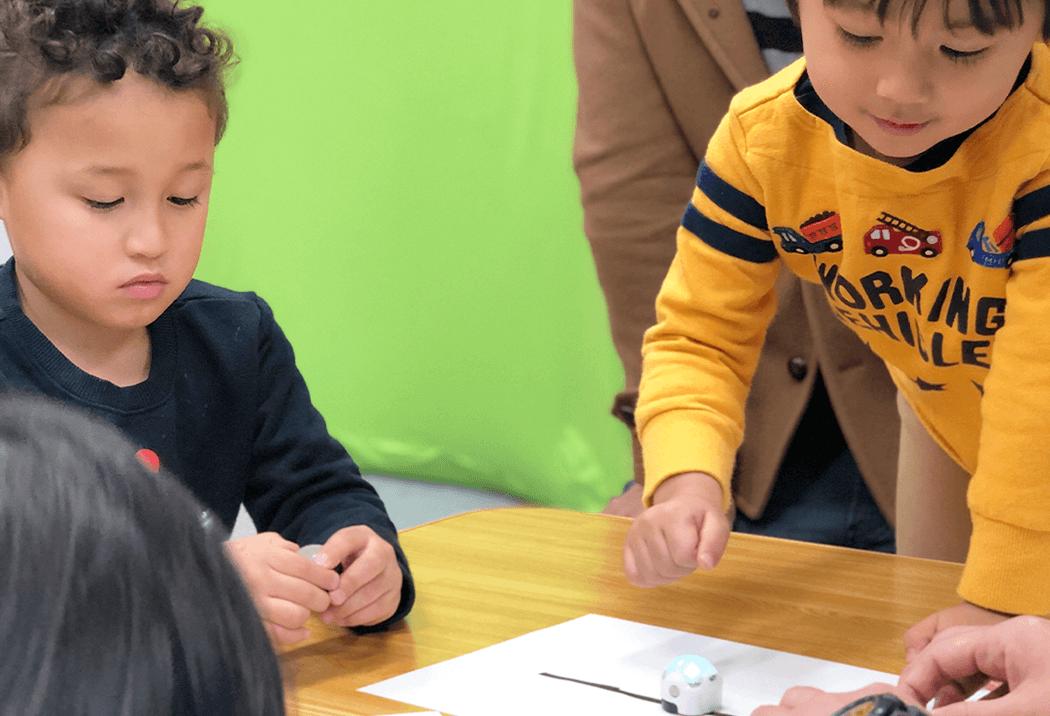 オゾボットでプログラミングを学ぶ2人の生徒さん