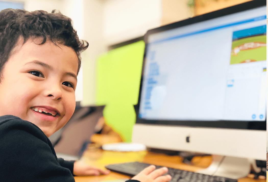 プログラミングを楽しむ小学生の生徒さん