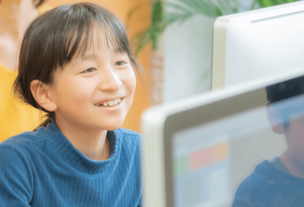 笑顔でプログラミングをしている生徒さん