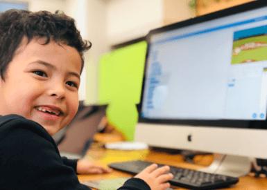 パソコンに触れる生徒さん