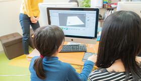 生徒さんが一人でプログラミングをしています
