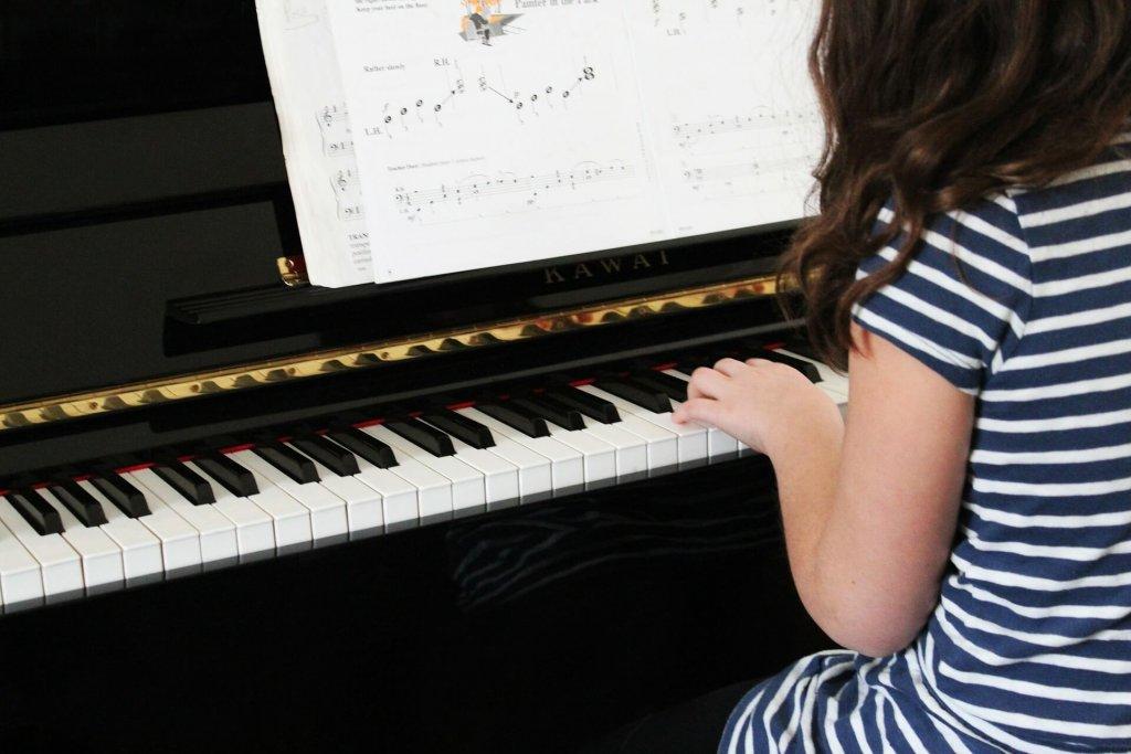 女の子がピアノを弾いている写真
