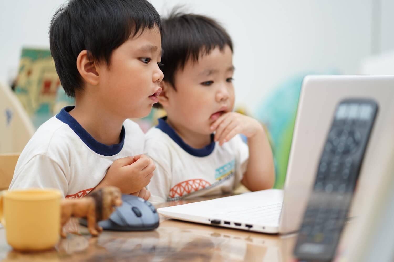 プログラミングを学ぶ子供たち
