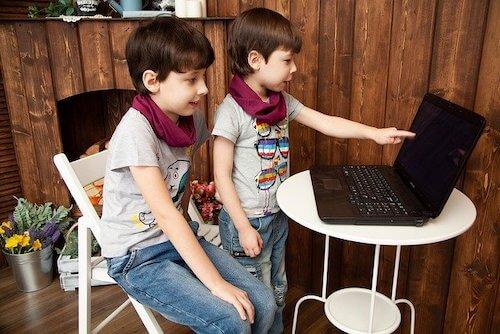 プログラミングを学ぶ子供