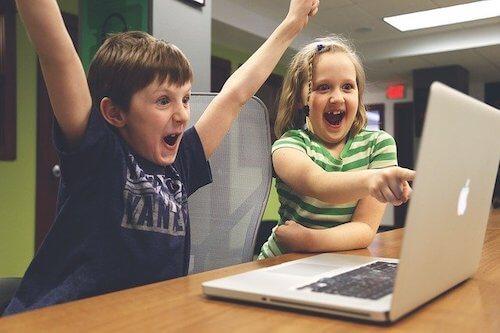 プログラミングが成功してガッツポーズする子供